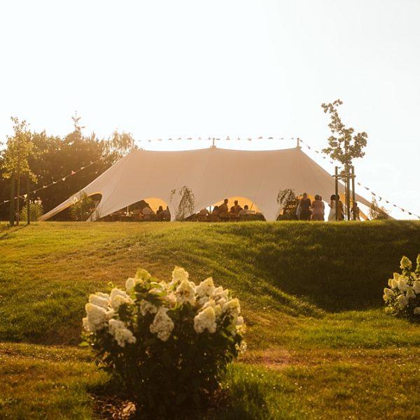 Plenerowe wesele w namiocie