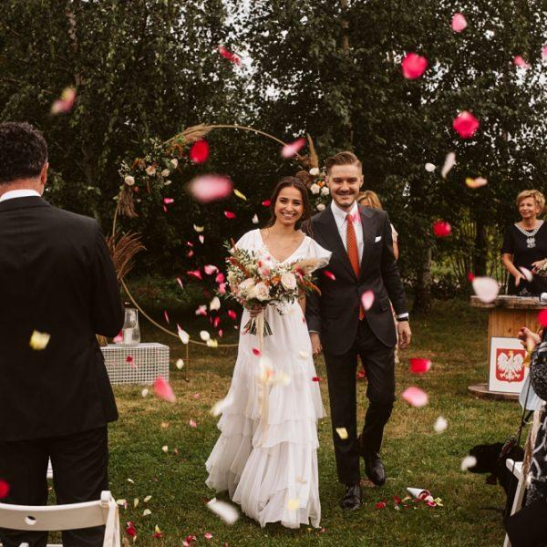 Kameralny ślub w stodole